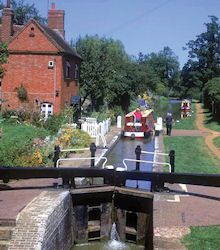 On a Narrowboat in England - Canal Holiday Canal Barge, Canal Boat, Narrowboat Holidays, Narrowboat Interiors, England Uk, Best Vacations, Holiday Destinations, Narrow Boat, Beautiful Landscapes