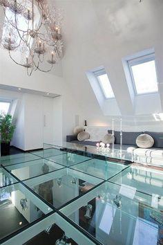 une belle idée pour le plancher dans le salon, sol en verre, salon sous pente, mansardé