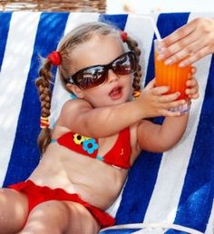 Child girl in glasses and red bikini drink juice. Smoothie Recipes, Smoothies, I Got The Juice, Kid Drinks, Beverages, Juice Recipes For Kids, Juicing For Health, Red Bikini, Girls With Glasses