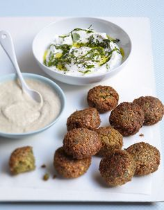 Falafels, tahini and yogurt sauces for 4 people - Elle à Table Recipes Lebanese Recipes, Vegan Recipes, Snack Recipes, Cooking Recipes, Smoothie Recipes, Vegan Appetizers, Great Appetizers, Sauce Tahini, Healthy Protein Breakfast