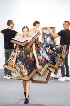 Pour le défilé de leur collection de haute-couture de l'automne 2015 les néerlandais de Viktor & Rolf ont décrochés du mur des tableaux avant de les transformer en robes en les drapant sur leurs modèles.