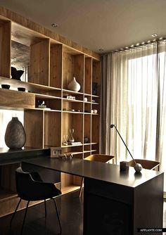 Apoiado em uma baita estante em madeira nobre, essa estação de ofício é clássica, aconchegante e de tremendo bom gosto...House Aupiais Design |