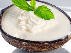 Light coconut ice cream homemade even without ice cream maker! With light yoghurt on Thermomix Desserts, Low Carb Desserts, Yogurt, Dessert Aux Fruits, Coconut Ice Cream, Ice Cream Maker, Eat Dessert First, Homemade Ice Cream, Frappe