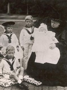Queen Victoria with great-grandchildren: Prince Albert (George VI), Princess Mary, Prince Edward (Edward VIII), and Prince Henry of York. Queen Victoria Family, Queen Victoria Prince Albert, Victoria Reign, Victoria And Albert, Victoria Post, Princesa Victoria, Reine Victoria, Princess Mary, Prince And Princess