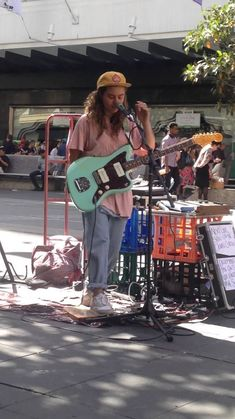 Hair-raising street performance by Tasha Sultana in Melbourne Holiday Outfits, Summer Outfits, Tash Sultana, Retro, Tomboy Look, Street Musician, Aesthetic Vintage, Street Wear, Style Inspiration