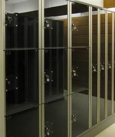 PUNTA ikkunalokerokaapin vakiovarusteisiin kuuluu Abloy Sentry -rahalukko sekä säätöjalat jalustallisissa lokerokaapeissa. Kaikki kaapit saa myös ilman jalustaa. Jalustattomat lokerokaapit voidaan asentaa SO-sokkelin tai PP-jalustapenkin päälle - myös seinäkiinnitys on mahdollinen lisävarusteena saatavan seinäkiinnityssarjan avulla.  www.punta.fi