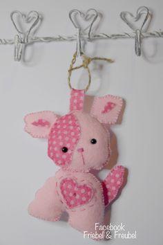 Roze hondje van vilt gemaakt. Pink dog made of felt. Cão-de-rosa feito de feltro.