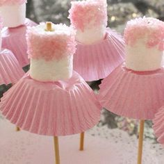 Perfekter Kindergeburtstag Snack für Mädchen Pinke Ballerina Marshmallo Tutu *** Manera barata y fácil de hacer una bailarina rosa comestible. Perfecto para aperitivos de fiesta de cumpleaños Decorations for birthday Birthday Party Snacks, Snacks Für Party, Baby Party, Baby Shower Parties, Baby Shower Gifts, Fun Baby, Babyshower Party, Baby Shower Appetizers, Tutu Party