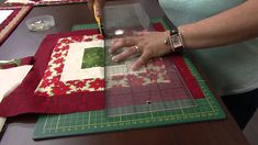 Centro de Mesa de Natal por Maria Elisa - 11/12/2013 - Mulher.com - Part... Tutorial Patchwork, Pattern Blocks, Quilt Patterns, Patchwork Baby, Mini Quilts, Mug Rugs, Table Toppers, Quilting Tutorials, Applique Quilts