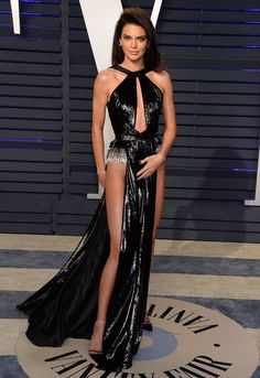 Kendall Jenner who is known for her bizarre choice of outfits once again stunner the Kendall Jenner Outfits, Kendall And Kylie Jenner, Maquillage Kendall Jenner, Revealing Dresses, Bollywood, Dressed To Kill, Kardashian Jenner, Elegant, Fashion Beauty