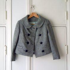 Fait!  Terminons ce jusqu'à maintenant: Matériaux: noir et blanc tweed à chevrons, 100% laine flanelle de coton noir pour souligner le corsage fusible interfaçage menthe polyester vert (je sais Eww Mais il n'y avait rien d'autre de disponible!) Satin pour la doublure 8 boutons énormes épaulettes boniment: Colette Patterns Anis changements de veste que j'ai faites: classé l'ensemble de la structure une taille plus petite de la taille 0 tout raccourci, le corsage de 4 cm, manches de 7 cm a…