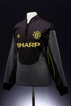 Manchester United Football Shirt (1998-2000) Retro Football, Football Kits, Vintage Football, Barcelona Soccer, Fc Barcelona, Soccer Girl Problems, Manchester United Football, Man United, Sport Wear