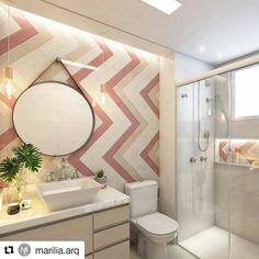 """O banheiro é um espaço com grande potencial decorativo. Neste projeto da arquiteta Marília Zimmermann (@marilia.arq), vemos a utilização do porcelanato Bella Vita em tons claros para pontuar uma estampa Chevron com revestimento do tipo """"metrô"""". Um ambiente moderno e delicado, não acham? :) #ceramicaportinari #porcelanato #tile #arquitetura #decor"""
