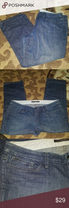 Joe's jeans honey capri pants denim jeans w 32 These capris are in excellent pre owned condition. The waist measures approximately 32 inches and tge inseam is 24 inches. Rhe vack pocjets are zippered closed Joe's Jeans Jeans Ankle & Cropped