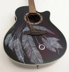 Acoustic Guitar - Voici la guitare acoustique. Il est décoré avec des plumes