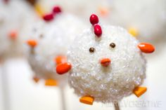 Cute Chick cake pops by mariaVcreative Rice Crispy Treats, Krispie Treats, Beautiful Cakes, Amazing Cakes, Disney Cake Pops, Pretty Cupcakes, Mousse, Diy Wedding Favors, Food Crafts