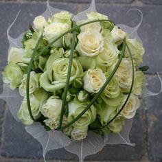 Bruidsboeket biedermeier met komkommervruchtjes en wit trosroosje