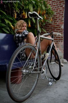 Girl and her fixie (fixed gear and singlespeed). Bicycle Race, Bicycle Girl, Fixed Bike, Fixed Gear, Cycling Girls, Cycle Chic, Bike Style, Hot Bikes, Biker Girl