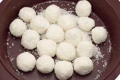 Υλικά 400ml ζαχαρούχο γάλα1 κουτ. σούπας εκχύλισμα βανίλιας500γρ ινδοκάρυδο Εκτέλεση Σε ένα μπολ βάζουμε το ζαχαρούχο γάλα, το εκχύλισμα βανίλιας και τα 400 γραμμάρια ινδοκάρυδο. Ανακατεύουμε καλά μέχρι να γίνει ένα μείγμα και το βάζουμε στο ψυγείο για 2 ώρες, μέχρι να σφίξει καλά. Βγάζουμε το μείγμα από το ψυγείο και πλάθουμε σε μπαλάκια μεγέθους […] The post Χριστουγεννιάτικες Χιονούλες appeared first on otselementes. Tiramisu Sans Lactose, Coconut Biscuits, White Food, Nutrition, Eggs, Sugar, Breakfast, Sweet, Recipes