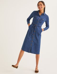 There& no such thing as too much denim. Hence why we& made this so-easy-to-wear retro shirt dress. Crafted from quality fabric, its A-line shape and D-ring belt on the waist give it a vintage feel. Intricate stitch detailing adds a final flourish. Nyc Fashion, Denim Fashion, Denim Vintage, Boden Women, Boden Uk, Mode Jeans, Denim Shirt Dress, Retro Shirts, Elegant