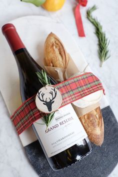 Ditch the Wine Bag: 3 Creative Ways to Gift a Bottle of Wine - The Everygirl Raise your hand if you agree: November went by way too quickly. I don't know where the month went, but Wine Gifts, Food Gifts, Craft Gifts, Diy Christmas Gifts, Holiday Gifts, Christmas Music, Christmas Wine, Wine Purse, Wine Bags