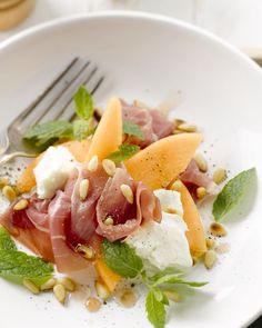 Meloensalade met prosciutto en mozzarella Healthy Drinks, Healthy Cooking, Healthy Eating, Cooking Recipes, Healthy Recipes, Feel Good Food, Love Food, Salade Caprese, Clean Eating