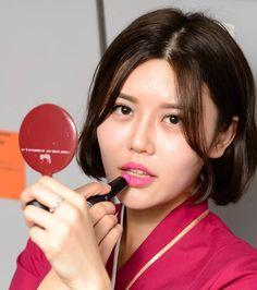 【China】 China Southern Airlines cabin crew / 中国南方航空 客室乗務員 【中国】 China Southern Airlines, Airline Cabin Crew, Flight Attendant Life, Dress For Success, Red Lipsticks, Asian Woman, China China, Instagram, Silk