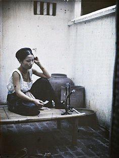 Léon Busy Young woman applying make-up, Hanoi Vietnam, between 1914-1915 Image courtesy of BBC © Musée Albert Kahn