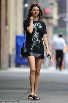saia de couro, camiseta e sandália slide
