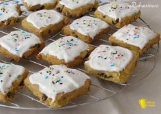 Papassini, pabassinos, pabassinas o papassinos, ricetta dei tipici biscotti sardi con uvetta, glassati e decorati per Ognissanti (anche senza glutine)
