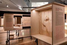 "Exhibition ""Lets talk about 7 houses in Cascais: Private life architecture"" held by Lisbon Architecture Triennial 2010.Curator: Ana Tostões. Set Design: João Mendes Ribeiro Architects. Photo: Daniel Santos/FBA."