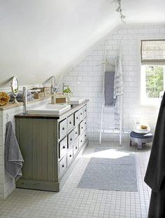 Kjøpmannsdisken er fra Home og Cottage, platen er lakket med åtte strøk, slik at den tåler vannsøl. Vaskene er fra Duravit, og stigen er fra Ha det på badet. Plastmatte fra Palma, krakk fra HK Living. Badekaret er rammet inn med fliser i mursteinsfasong, fra Flisekompaniet og Megaflis. Navy Bathroom, Laundry In Bathroom, Duravit, Ikea Furniture, White Cabinets, Bathroom Inspiration, Beach House, Storage, Interior