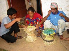 handgemaakte mudha's, met fietsband om het uiteinde vd bamboo en een kleurige kunststof zitting.