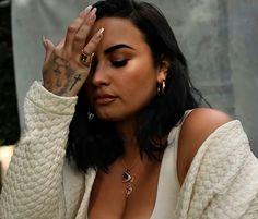 Demi Lovato Legs, Demi Lovato Albums, Demi Love, Demi Lovato Pictures, Barbie Ferreira, Beautiful Latina, Female Singers, Queen, Medium Hair Styles