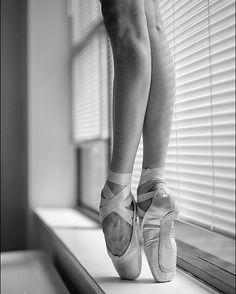 #Ballerina - @katieboren1 in #NewYorkCity #ballerinaproject_ #ballerinaproject #ballet #dance #pointeshoes #feet #legs #window by ballerinaproject_