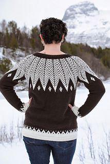 Knittingpattern in norwegian. Beatiful sweater in ecolabeled yarn från Rosy green wool - Cheeky merino joy.