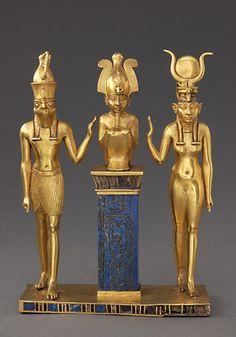 Pendentif au nom du roi Osorkon II : la famille du dieu Osiris  874 - 850 avant J.-C. (22e dynastie)  or, lapis-lazuli et verre rouge