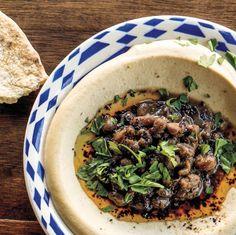 Rinderhackfleisch und Pinienkerne machen Hummus noch besser.