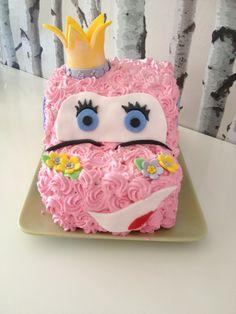 Pienen prinsessan unelma-auto - 2-v. tytölleni autokakku, välissä maistuvaa mansikka- ja suklaamoussea -Heidi - Aina on aihetta leipoa kakku -kilpailun satoa 15.4. - 16.6.2014 https://www.facebook.com/leivojakoristele