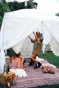 Boho glamping picnic party ~ ready to dance the night away Gypsy Party, Bohemian Party, Bohemian Chic Decor, Hippie Party, Festival Camping, Tabarka, Camper Diy, Festival Looks, Festival Style