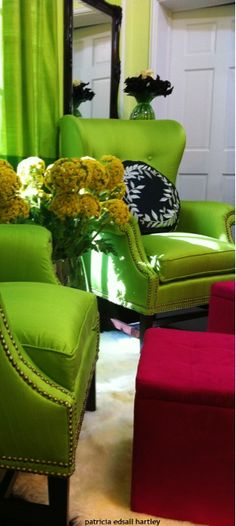 Pantone Greenery in Action! Beautiful Bright Green Accent Chairs will liven up any Living Room. Green Home Decor, Funky Home Decor, Colorful Decor, Unique Furniture, Home Furniture, Pantone Greenery, Color Of The Year 2017, Luxury Chairs, Green Curtains
