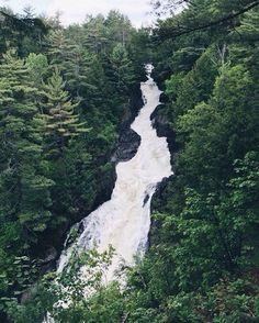4. Les chutes de Sainte-Ursule    À mi-chemin entre Québec et Montréal, les chutes de Sainte-Ursule sont clairement une bonne option pour ta prochaine journée hiking avec tes amis! Si t'es game, il y a même un pont suspendu au-dessus de la chute...