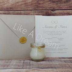 Μπομπονιέρα γάμου κερί διπλές βέρες, με 7 κουφέτα κλασικά αμυγδάλου. Στο προσκλητήριο γίνεται οποιαδήποτε αλλαγή στο σχέδιο, στον συνδυασμό χρωμάτων φακέλου και προσκλητηρίου, όπως επίσης στην γραμματοσειρά και στο κείμενο. 3Το κόστος της εκτύπωσης είναι 30€ και προστίθεται στο γενικό σύνολο για μία φορά.