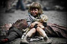 verzweifeltes Kind bei der toten Mutter