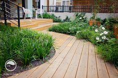Dřevěný chodníček v zahradě