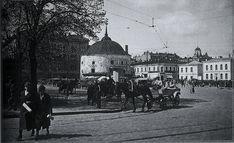 Kauppatorin laidalla sijaitseva Pyöreä torni oli eräs Viipurin maamerkeistä ennen sotia. Rakennus oli alkujaan 1500-luvun tykkitorni. 1930-luvun lopulla tornin kyljessä oli suosittu puinen kahvila 'Toripässi'. Tämä Eino Partasen ottama kuva on Antero Raevuoren kirjasta 'Hyvästi, Viipuri' (2011) Viborg, Map Pictures, Finland, Taj Mahal, Louvre, Street View, Building, Travel, Life