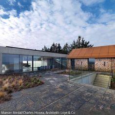 Die Steinzeugfliesen mit grober Oberfläche sorgen im Außenbereich für einen natürlichen und robusten Look. Die Hütte wurde durch einen großen, modernen Anbau …