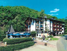 Hotel Weissmühle ligt in een rustige, bosrijke omgeving in de romantische vallei Endertal, op slechts 2 kilometer van Cochem. De keuken is er van hoog niveau en wordt bijzonder gewaardeerd door fijnproevers. In een bosrijke omgeving naast een snelstromend riviertje. Op ca. 3 km van het centrum en het openbaar zwembad en ca. 1 km van de gondellift. Net buiten het hotel zijn verschillende mooie wandelpaden te vinden.  Officiële categorie ***
