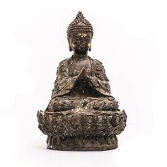 Diese Buddha-Figur ist aus Bronze gefertigt, die stellenweise golden schimmert. Sie stellt den Buddha Shakyamuni dar. Buddha sitzt im Lotossitz, die Lotosblüte bildet den Sockel der Figur. Sein Gesichtsausdruck strahlt innere Ruhe und Harmonie aus, seine Augen blicken den Betrachter sanft an. Bemerkenswert ist auch das Gewand der Buddha-Figur, auf dem, leicht hervorgehoben, unterschiedliche Buddhafiguren zu sehen sind. Die Buddha-Figur Shakyamuni ist in Handarbeit gefertigt…