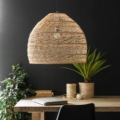 Pendel i flet - i farven natur - Wicker fra HK Living - Altomindretning. Living Room Chairs, Interior Design Living Room, Rattan Pendant Light, Pendant Lamp, Sun Lounger Cushions, Decorative Storage Boxes, Hallway Furniture, Blog Deco, Room Lights
